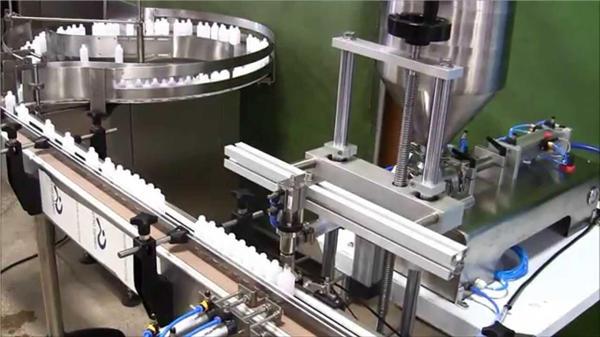 Pudeli keemilise automaatse täitmise korkimismasin